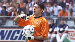 1. Gianluca Pagliuca. Memiliki Caps sebanyak 49 dalam rentang 9 tahun, 1990-1998. Menjadi kiper nomor 1 pada gelaran Piala Dunia 1994 dengan menyisihkan Walter Zenga dan berlanjut hingga PD 1998. Posisinya diambil alih Gianluigi Buffon sehari setelah Piala Dunia 1998. (AP/Hans Deryk)