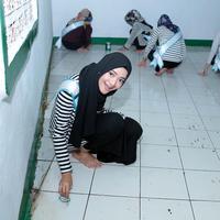 """""""Kegiatan saat ini, finalis Puteri Muslimah terjun ke masyarakat. Tadi saya kebagian menjadi membersihkan lantai yang kotor,"""" tutur Ajeng saat ditemui tim Bintang.com. (Deki Prayoga/Bintang.com)"""
