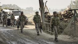 Pasukan paramiliter India berjalan dekat lokasi baku tembak di Kota Srinagar, ibu kota musim panas Kashmir yang dikuasai India, pada 12 Oktober 2020. Dua militan tewas dalam baku tembak dengan pasukan pemerintah di wilayah Kashmir yang dikuasai India. (Xinhua/Javed Dar)