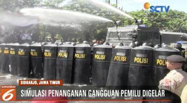 Polisi menggelar simulasi penanganan gangguan Pemilu 2019 di Alun-alun Kota Sidoarjo, Jawa Timur.