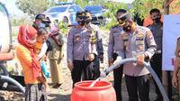 Polres Tuban dropping air bersih untuk warga terdampak kekeringan. (Ahmad Adirin/Liputan6.com)