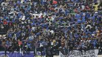 Bobotoh saat mendukung Persib Bandung melawan Persiwa Wamena pada laga Piala Indonesia di Stadion Si Jalak Harupat, Bandung, Senin (11/2). Persib menang 7-0 atas Persiwa. (Bola.com/M Iqbal Ichsan)