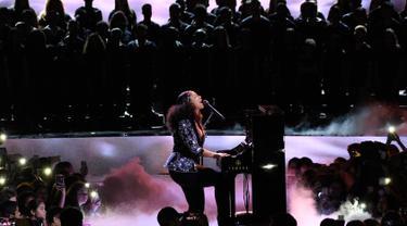 Aksi Alicia Keys memainkan piano saat membawakan lagu dalam acara WE Day California di Inglewood, California, AS (27/4). Alicia Keys tampil cantik meski tanpa mengenakan make up. (AP Photo/Chris Pizzello)