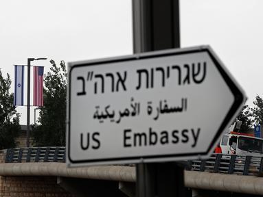 Tanda jalan yang menunjukan arah Kedutaan Besar Amerika Serikat (AS) mulai terlihat di Yerusalem, Senin (7/5). Rambu penunjuk arah tersebut dipasang menjelang diresmikannya Kedubes AS di Yerusalem pada 14 Mei mendatang. (AFP/THOMAS COEX)