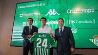 Carles Alena diperkenalkan manajemen Real Betis. (Dok. Twitter/Real Betis)