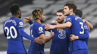 Para pemain Chelsea merayakan gol yang dibuat gelandang Jorginho (tengah) ke gawang Tottenham Hotspur dalam laga lanjutan Liga Inggris 2020/21 pekan ke-22 di Tottenham Hotspur Stadium, London, Kamis (4/2/2021). Chelsea menang 1-0 atas Tottenham Hotspur. (AFP/Neil Hall/Pool)