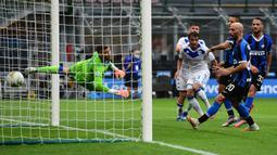 Bek Inter Milan, Danilo D'Ambrosio, berusaha mencetak gol ke gawang Brescia pada laga lanjutan Serie A pekan ke-29 di Giuseppe Meazza, Kamis (2/7/2020) dini hari WIB. Inter Milan menang 6-0 atas Brescia. (AFP/Miguel Medina)