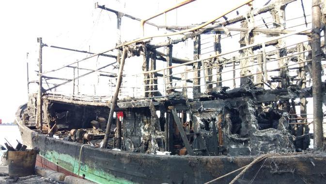 Kondisi kapal-kapal di Muara Baru usai dilalap sang jago merah pada Sabtu 23 Februari 2019. (Liputan6.com/Ady Anugrahadi)