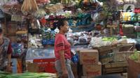 Seorang pembeli melintas di antara kios di pasar Kebayoran Lama, Jakarta, Senin (2/12/2019). Badan Pusat Statistik (BPS) mencatat angka inflasi sepanjang Januari-November 2019 sebesar 2,37 persen, lebih kecil ketimbang periode yang sama tahun lalu sebesar 2,50 persen. (Liputan6.com/Angga Yuniar)