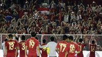 Timnas Indonesia U-22 merayakan keberhasilan ke final SEA Games 2019 bersama suporter setelah mengalahkan Myanmar 4-2 di semifinal di Stadion Rizal Memorial, Manila, Sabtu (7/12/2019). (Bola.com/ M. Iqbal Ichsan)