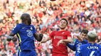 Diogo Jota (Liverpool) berduel udara saat berhadapan dengan Chelsea Para pemain Chelsea merayakan gol yang dicetak Kai Havertz ke gawang Liverpool dalam lanjutan Liga Inggris 2021/2022, Sabtu (28/9/2021). (Paul Ellis/AFP)