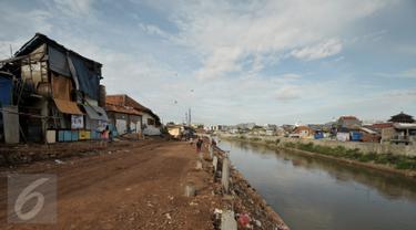 Suasana Bukit Duri di sela proyek normalisasi kali Ciliwung, Jakarta, Jumat (13/1). Meski warga Bukit Duri memenangkan gugatan di PTUN Jaksel, proyek normalisasi di sepanjang sungai Ciliwung di kawasan tersebut berlanjut. (Liputan6.com/Yoppy Renato)