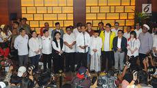 Capres-cawapres 01 Joko Widodo dan Ma'ruf Amin bersama ketum partai politik pendukung memberikan keterangan kepada wartawan usai menyaksikan perhitungan suara versi hitung cepat di Jakarta, Rabu (17/4). (Liputan6.com/Angga Yuniar)
