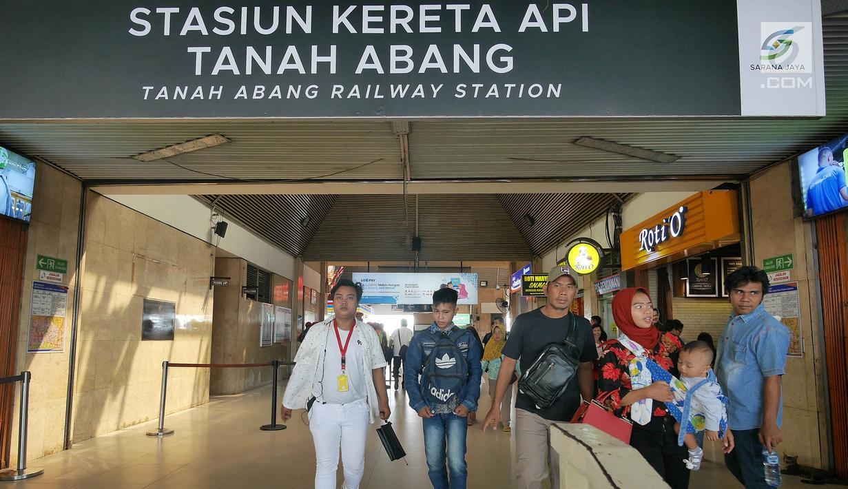 Warga beraktivitas di Stasiun Tanah Abang, Jakarta, Kamis (23/5/2019).  PT Kereta Commuter Indonesia mengumumkan bahwa Stasiun Tanah Abang kembali dibuka dan beroperasi setelah sempat ditutup akibat kerusuhan Aksi 22 Mei di sekitar Gedung Bawaslu dan Tanah Abang. (Liputan6.com/Herman Zakharia)