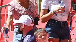 Annie Kilner, tunangan pemain Inggris Kyle Walker (kanan) setelah berbincang dengan Coleen Rooney, istri mantan pemain Inggris Wayne Rooney selama pertandingan grup D antara Inggris melawan Kroasia di stadion Wembley di London, Minggu (13/6/2021). (AFP/Pool/Glyn Kirk)