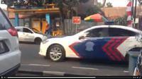 Mobil patroli dan pengawal (patwal) polisi terekam video melawan arah saat mengawal mobil pengantin di Jalan Ir H Djuanda (Dago), Bandung.