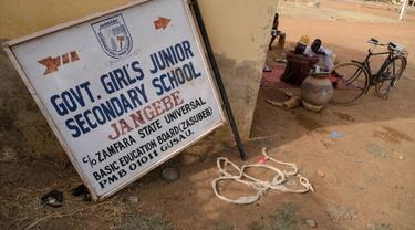 Polisi awalnya mengatakan 317 gadis diculik dalam penggerebekan oleh ratusan pria bersenjata di Sekolah Menengah Gadis Pemerintah di desa terpencil Jangebe [Kola Sulaimon / AFP]