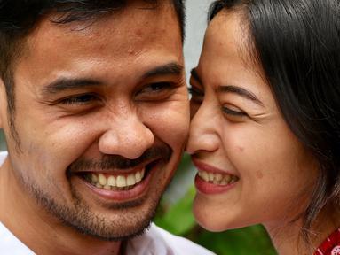 Pasangan selebritis Chicco Jerikho bersama istrinya Putri Marino berpose di hadapan wartawan, Jakarta, Kamis (8/3). Chicco dan Putri berbagi kisah keduanya hingga akhirnya menikah pada 3 Maret 2018. (Liputan6.com/Immanuel Antonius)