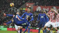 Juan Mata saat mencoba tendangan salto saat MU imbangi Stoke City (AP Photo/Rui Vieira)