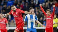 Striker Real Madrid, Karim Benzema, merayakan gol ke gawang Espanyol dalam laga lanjutan La Liga di Stadion Cornellà-El Prat, Barcelona, Senin (28/1/2019) dini hari WIB. (AP Photo/Joan Monfort)
