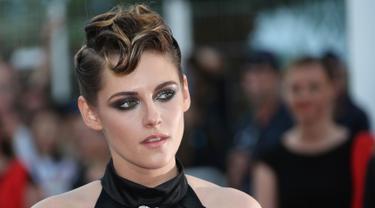 Aktris dan juri Kristen Stewart berpose untuk fotografer setibanya upacara pembukaan festival film internasional ke-71, Cannes, Prancis Selatan, (8/5). Kristen Stewart tampil dengan tatanan rambut baru yang unik di acara tersebut. (AP Photo/Joel C Ryan)