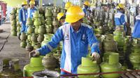 Pekerja melakukan proses pengisian LPG ke tabung Elpiji 3 kg di Depot LPG Tanjung Priok, Jakarta, Senin (21/5). Pertamina meningkatkan produksi pengisian tabung Elpiji 3 Kg sebanyak 4 persen selama bulan Ramadan. (Liputan6.com/Angga Yuniar)
