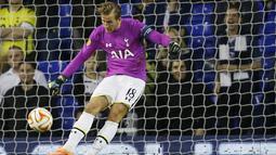 Kane gagal menghalau bola yang meluncur mulus di antara kakinya. Spurs memang menang 5-1 pada laga ini, dan satu gol tersebut lahir di masa Kane jadi kiper. (Foto: AP/Kirsty Wigglesworth)