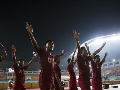 Para pemain Timnas Indonesia menyapa suporter usai melawan Thailand pada laga PSSI 88th U-19 di Stadion Pakansari, Jawa Barat, Minggu (23/9/2018). Kedua negara bermain imbang 2-2. (Bola.com/Vitalis Yogi Trisna)