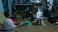 Suasana dalam rumah ketika banjir melanda kawasan Mangkang. (foto: Liputan6.com/felek wahyu)