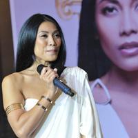 Penyanyi Internasional asal Indonesia, Anggun C Sasmi saat ditemui di Plaza Indonesia, Jakarta. (26/6/14) (Liputan6.com/Panji Diksana)