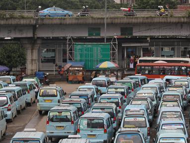 Angkutan umum berjejer parkir di Terminal Kampung Melayu, Jakarta Timur, Senin (29/2/2016). Organda DKI Jakarta menyatakan keberatan dengan penerapan Perda No 5/2014. (Liputan6.com/Immanuel Antonius)