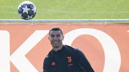 Penyerang Juventus, Cristiano Ronaldo menendang bola saat menghadiri sesi latihan tim di pusat pelatihan Juventus di Turin (8/3/2021). Bianconeri sebelumnya gagal meraih kemenangan pada leg pertama 16 besar Liga Champions dengan skor 1-2  saat melawat ke kandang Porto.  (AFP/MARCO BERTORELLO)