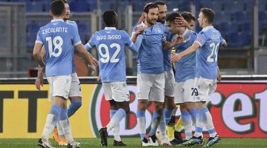 Gelandang Lazio, Marco Parolo (tengah) berselebrasi dengan rekan-rekannya usai mencetak gol ke gawang Parma pada pertandingan babak 16 besar Coppa Italia di Stadion Olimpiade Roma di Roma, Italia, Jumat (22/1/2021). Lazio menang atas Parma 2-1. (Alfredo Falcone/LaPresse via AP)