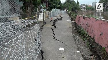 Pascabanjir yang membuat sungai Ciliwung meluap di wilayah timur Jakarta, jalan di kawasan Berland amblas, Pemkot Jakarta Timur memasang bronjong guna mencegah terjadinya longsor susulan