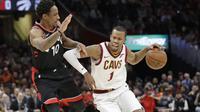 Guard Cleveland Cavaliers Rodney Hood (kanan) saat menghadapi Toronto Raptors pada NBA musim ini. (AP Photo/Tony Dejak)