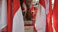 Seorang warga saat akan membeli bendera Merah Putih dan pernak-pernik perayaan 17 Agustus di kawasan Pasar Minggu, Jakarta, Selasa (4/8/2015). Menjelang Hari Kemerdekan RI, sejumlah pedagang bendera musiman mulai berdatangan. (Liputan6.com/Yoppy Renato)