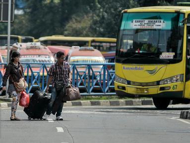 Pemudik dari wilayah Jawa Barat mulai tiba di Terminal Kampung Rambutan, Jakarta Timur, Sabtu (9/7). Puncak arus balik Lebaran diprediksi terjadi pada Sabtu- Minggu (9-10) Juli 2016. (Liputan6.com/Yoppy Renato)