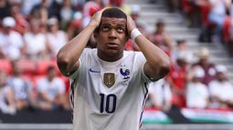 Kylian Mbappe juga tak mau ikut ketinggalan. Sayangnya percobaanya seperti Benzema, masih melebar ke samping gawang lawan. (Foto: AFP/Pool/Bernadett Szabo)