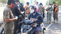 Penyekatan pengendara untuk tes Covid-19 di Jembatan Suramadu. (Dian Kurniawan/Liputan6.com)