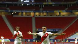 Gelandang Peru, Yoshimar Yotun berselebrasi usai mencetak gol ke gawang Kolombia pada pertandingan juara ketiga Copa America 2021 di Stadion Nasional Brasilia, Brasil, Sabtu (10/7/2021). Kolombia menang dramatis 3-2 atas Peru. (AP Photo/Andre Penner)