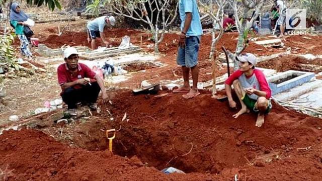 Penggali kubur dan warga di TPU Kumpu Saribah, Depok, Jawa Barat dibuat geger lantaran sejumlah jasad ditemukan dalam kondisi masih utuh meski telah dikubur puluhan tahun.
