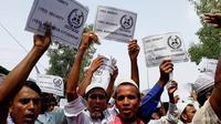 Sejumlah orang Rohingya menggelar demonstrasi di kamp pengungsi di Bangladesh selepas salat Idul Fitri (16/6) (AFP PHOTO)
