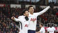 Pemain Tottenham Hotspur, Son Heung-Min dan Dele Alli, melakukan selebrasi usai mencetak gol ke gawang AFC Bournemouth pada laga Preimer League di Stadion Vitality, Minggu (11/3/2018). AFC Bournemouth takluk 1-4 dari Tottenham Hotspur. (AP/John Walton)