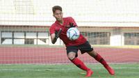 Kiper Timnas Indonesia U-16, I Made Putra Kaicen, menangkap bola saat pemusatan latihan di Stadion Patriot Candrabhaga, Bekasi, Senin (6/7/2020). Timnas Indonesia U-16 terus menggelar persiapan sebelum berkiprah di Piala AFC U-16 2020. (Dokumentasi PSSI)