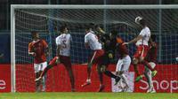 Pemain Persija Jakarta, Marco Motta (kanan) berhasil menjebol gawang Borneo FC Samarinda dalam pertandingan Babak Penyisihan Grup B Piala Menpora 2021 di Stadion Kanjuruhan, Malang. Sabtu (27/3/2021). (Bola.com/Ikhwan Yanuar)