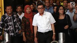 Menkumham Yasonna Laoly (dua kanan) bersama terpidana kasus pelanggaran ITE Baiq Nuril (dua kiri) dan politikus PDIP Rieke Diah Pitaloka (kanan) usai menggelar pertemuan di Kantor Menkumham, Jakarta, Senin (8/7/2019). (Liputan6.com/Angga Yuniar)