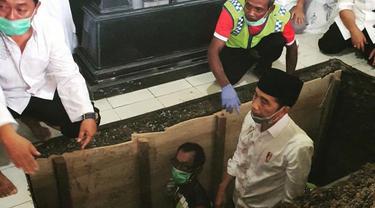 Presiden Jokowi mengantarkan sang ibu ke peristirahatan terakhir