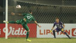 Striker PS Sleman Velez Nicolas Leandro (kiri) menendang bola ke gawang Bali United yang dikawal Wawan Hendrawan dalam laga perempatfinal Piala Menpora 2021 di Stadion Si Jalak Harupat, Bandung, Senin (12/4/2021). (Bola.com/Ikhwan Yanuar)