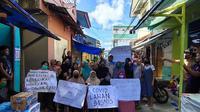 Warga Kelurahan Silale Kota Ambon memboikot akses masuk ke kawasan tersebut untuk menghalau kedatangan tim kesehatan yang akan melakukan rapid tes. Kamis 4 Juni 2020.