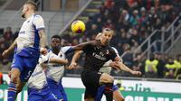 Striker AC Milan, Zlatan Ibrahimovic berusaha mengejar bola dari kawalan para pemain Sampdoria pada pertandingan lanjutan Liga Serie A Italia di stadion San Siro (6/1/2020). Ibrahimovic kabarnya mendapat bayaran 3,5 juta euro (Rp 54 miliar) per musim dari I Rossoneri. (AP Photo/Antonio Calanni)